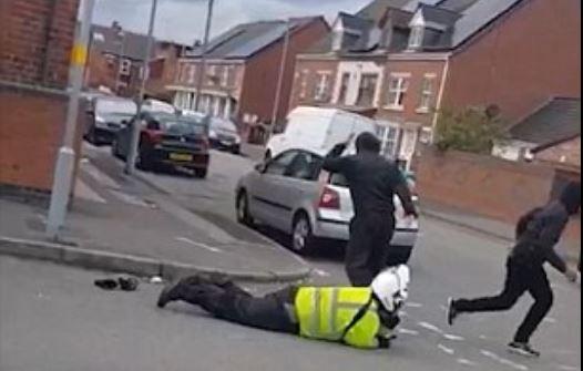 Trafik görevlisini hem darp ettiler, hem de motosikletini çaldılar