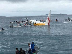 Uçak denize indi, yolcular zor anlar yaşadı