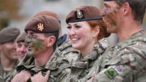 İngiltere'de kadın askerler artık sıcak çatışmalarda görev alabilecek