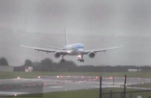 İngiltere'de iniş sırasında yan dönen uçak
