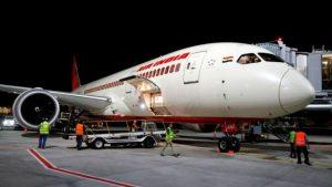 Air India hostesi kapıyı kapatırken uçaktan düştü