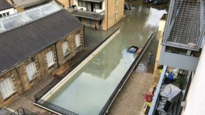 Hackney'deki otopark sular altında kaldı, 2 kişi botlarla kurtarıldı
