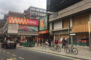 Londra'da üzerine ilan panosu düşen kadın yaralandı