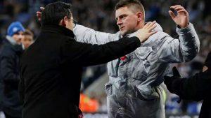 Leicester City'li taraftar başsağlığı için sahaya girdi ama ceza aldı!