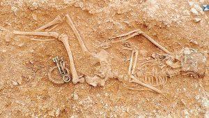 Mücevherleriyle gömülmüşler
