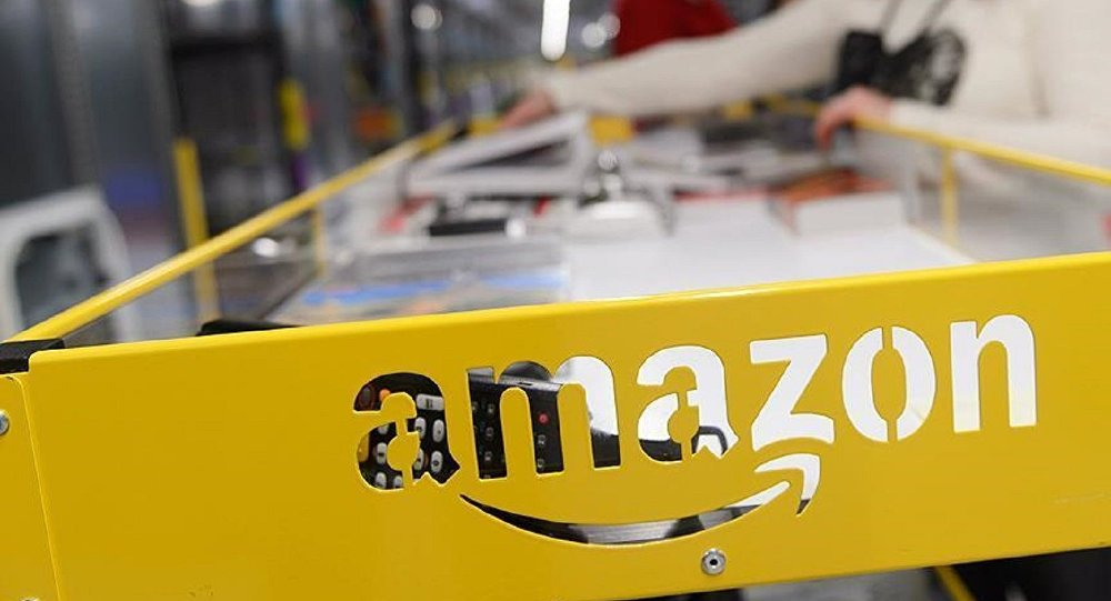 'Babalara özel hediyeler' kısmında porno film satan Amazon'a tepki