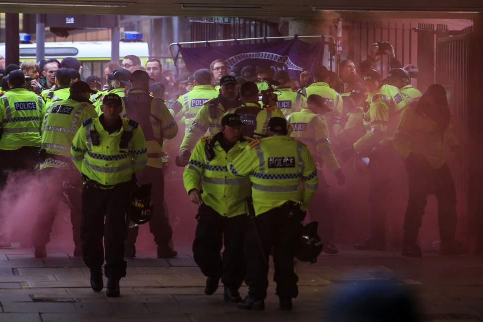 Liverpool'da aşırı sağcıların yürüyüşünü takiben olaylar çıktı