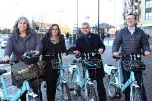 Londra Belediye Başkanı Edmonton'da bisiklet sürdü