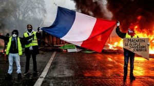 Sarı Yelekliler protestoları: Fransa'da gösterilere yol açan benzine zam tasarısı iptal edildi