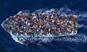 Avrupa ülkeleri 49 göçmeni günlerdir denizde bekletiyor