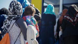Oxfam: Midilli'deki kampta mülteci kadınlar gece korkudan tuvalete gidemekleri için bebek bezi bağlıyor