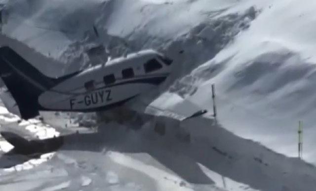 Uçak, pist dışındaki kar yığınına çarparak durabildi