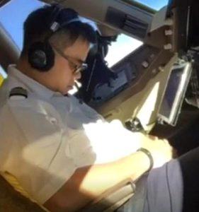 20 Yıllık Tecrübeli Pilot Kokpitte Uyurken Görüntülendi