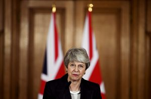 Başbakan May'in koltuğu sallanıyor
