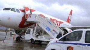 Tiran havalimanında silahlı soyguncular piste girip uçağı soydu