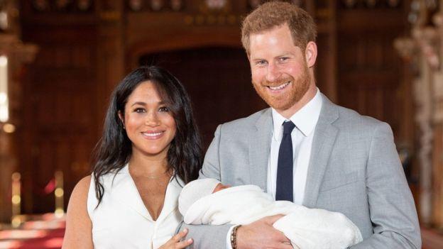 Meghan Markle ve Prens Harry bebekleri ile ilk kez poz verdi