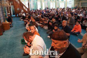 Londralılar Ramazan Bayramı namazı için camilere akın etti