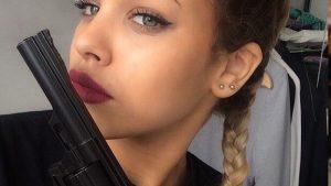 Tabancayla selfie çeken kız yanlışlıkla kendisini vurdu