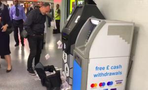 Londra'daki ATM para saçtı