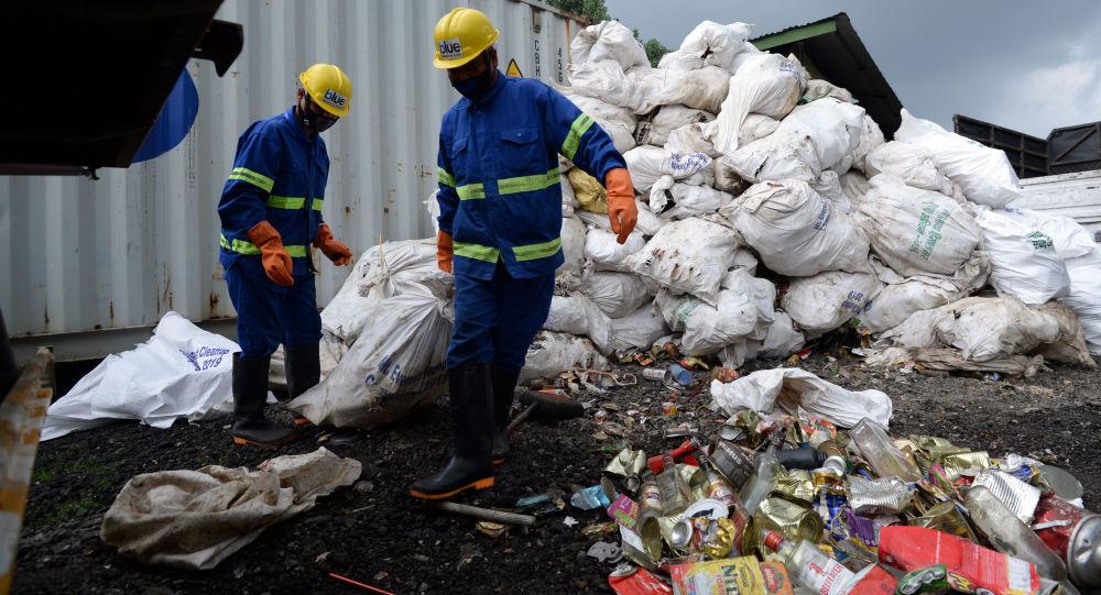 Everest'e tırmanan dağcıların ardından 13 ton çöp toplandı