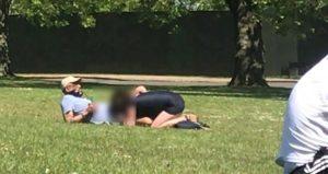 Etraftaki insanları umursamayan çift, Finsbury park'da ilişkiye girdi