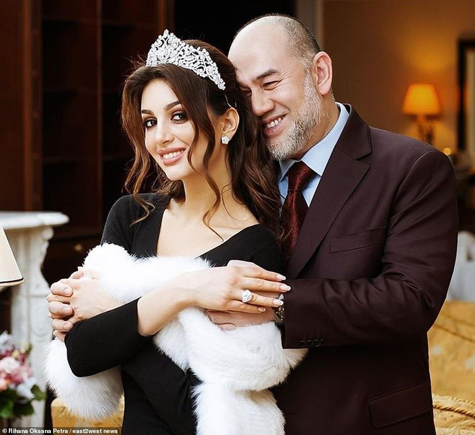 Rus güzellik kraliçesi Oksana Voevodina ile Malezya kralı Muhammed boşandı