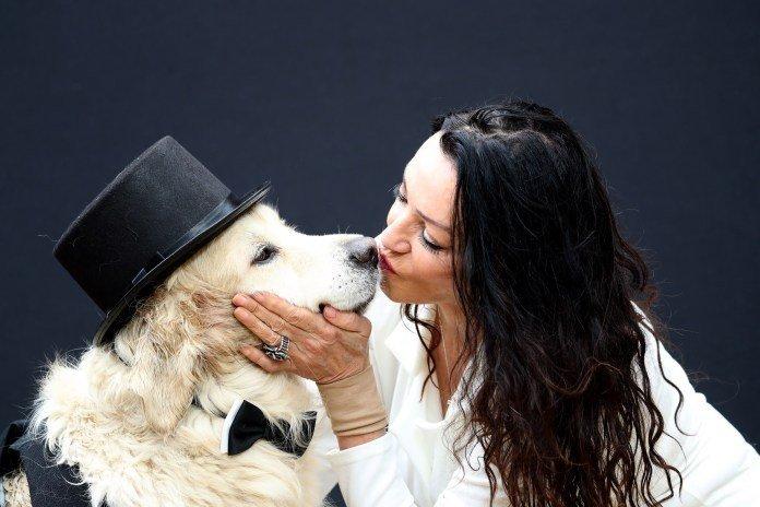 Eski manken 220 ilişkide mutluluğu bulamayınca  köpeğiyle evleniyor