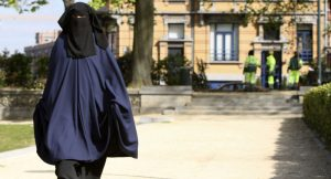 Belçika'da bir kadının zorla peçesini çıkarmaya çalışan başka bir kadın gözaltına alındı