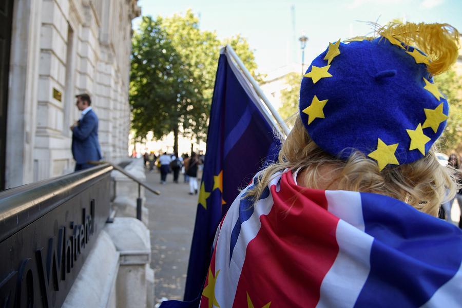 Hızlanan anlaşmasız Brexit hazırlıkları poundu vurdu