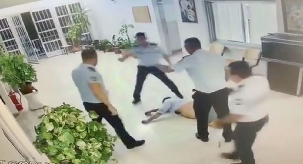 Ercan Havalimanı'nda polis turisti yerde sürükleyip tekmeledi