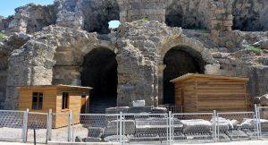 Roma dönemine ait Antik Tiyatro'ya 'prefabrik tuvalet' yapıldı