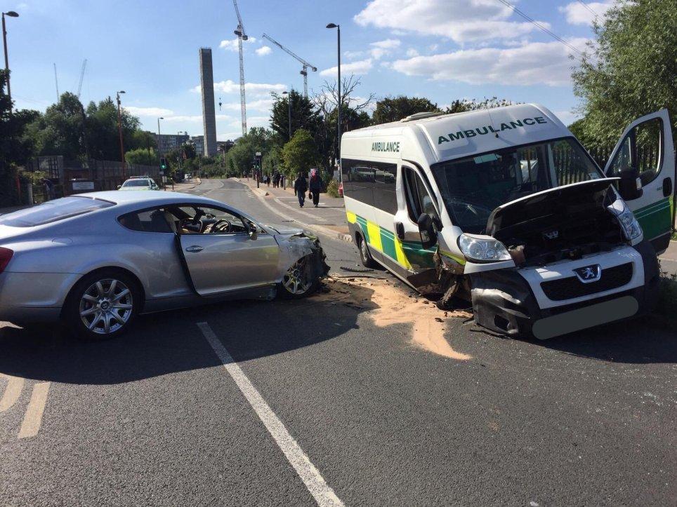 Ambulansa çarpan sarhoş baba çocuklarını bırakarak kaçtı