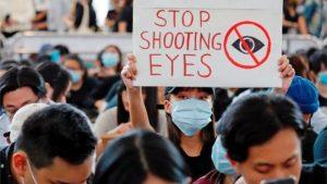 Hong Kong'da protestolar: Dünyanın en işlek havalimanlarından birinde uçuşlar iptal edildi