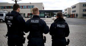 Almanya'da aşırı sağcılar göçmen avına çıkmış