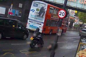 Polis Haringey'de anne ve kızına çarpan motorluyu arıyor