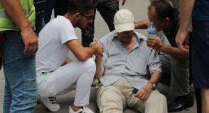 Yaşlı adama çarptı kartvizitini bırakıp gitti
