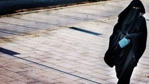Hollanda'da burka ve peçe yasağı yürürlüğe girdi
