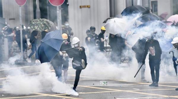 Hong Kong polisinden protestoculara müdahale