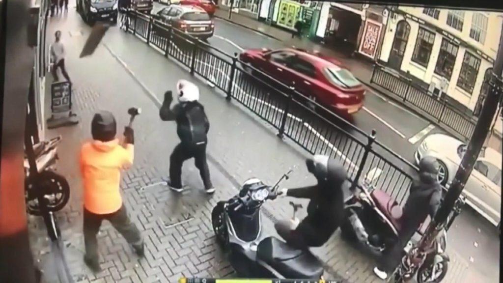 Kuyumcu soyguncularına böyle direndiler