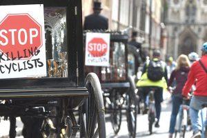 Londra'da bisikletçiler için sembolik cenaze töreni düzenlendi