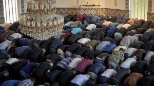 Amsterdam'da kadın ve eşcinselleri aşağılayan vaazların verildiği camiler kapatılacak