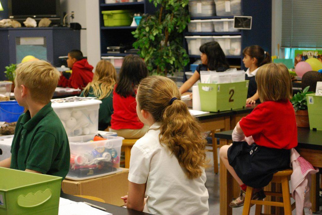 İngiltere'de okulların açılması koronavirüste ikinci dalgaya neden olabilir