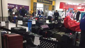 Gatwick Havaalanı'nda rötarlar nedeniyle bazı uçaklar valizsiz kalktı