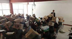 Öğrenciler kopya çekmesin diye kafalarına karton kutu geçirdi