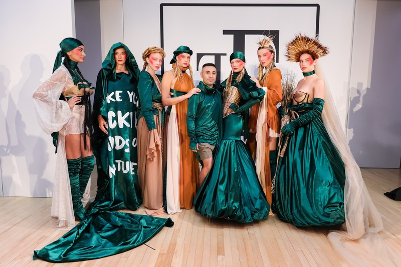 Türk moda tasarımcısı Tuncer Tonun Londra'dan dünyaya seslendi