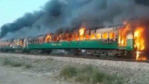 Pakistan'da trende yangın: En az 71 kişi öldü