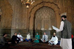 Kraliyet gelini başörtüsü takıp Kur'an dinledi