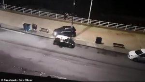 Öfkeli sürücü sahil yolundaki yayaları ezmeye çalıştı