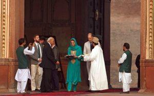 Kate Middleton cami ziyareti sırasında başörtüsü takıp Kur'an dinledi