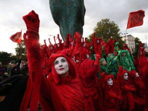 İklim eylemcileri Londra'da hayatı durdurdu